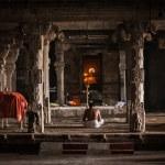 Indian brahmin (traditional Hindu society) priest praying — Stock Photo