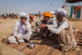 Indische männer und kamele in pushkar camel fair (pushkar mela) — Stockfoto