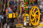 Street vendor makes sugarcane juice in India — Stock Photo