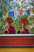 Tibetan Buddhist monks playing traditional musical instruments — Stock Photo