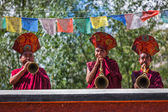 Tibetan Buddhist monks playing traditional musical instruments — Stock Photo