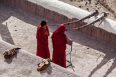 Two Tibetan Buddhist monks blowing Tibetan horn (dungche) — Stock Photo