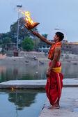 Brahmane aarti puja-zeremonie am ufer des flusses kshipra durchführen — Stockfoto