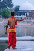 Brahmane exécutant aarti pooja cérémonie sur la rive de la rivière kshipra — Photo