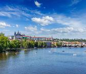 Vista del puente de carlos sobre el río moldava y gradchany, praga — Foto de Stock