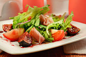 Salad with gammon and figs — Stock Photo