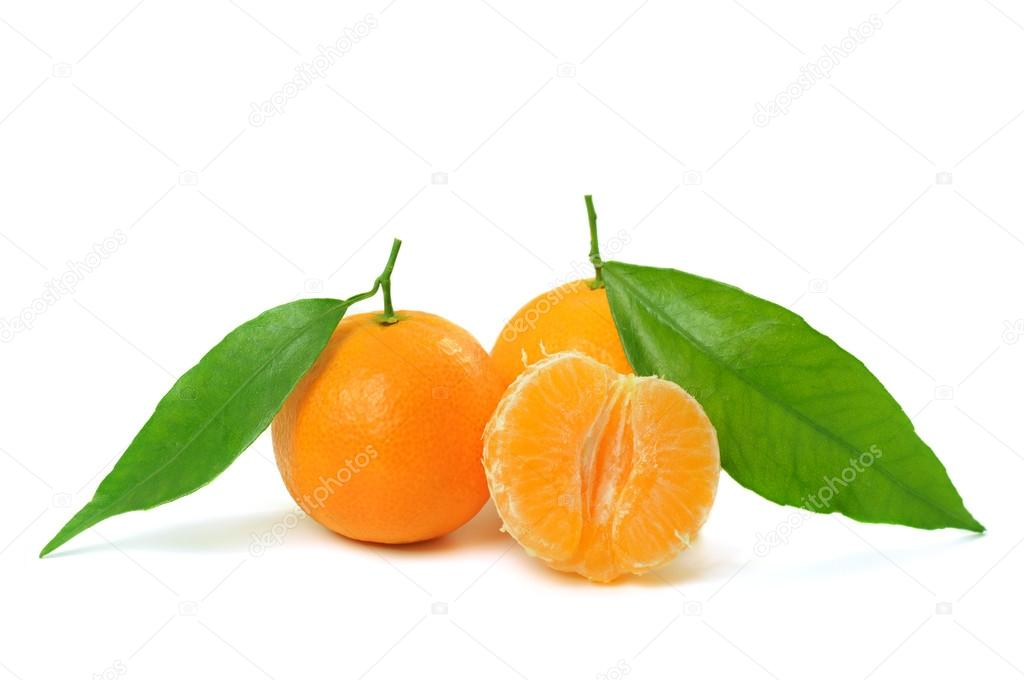 Ripe  tangerines (mandarin) with half and green leaf isolated on white — Stock Photo #19002259