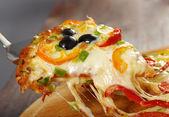 Die scheibe der pizza, geschmolzen käse tropft — Stockfoto