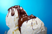 Ice creamwith chocolate sauce — Stock Photo