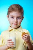 çocuk ev yapımı pasta yiyor — Stok fotoğraf