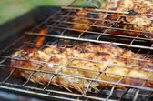 Grilling sea fishes on campfire grate — 图库照片