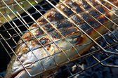 Salmón en la parrilla de cocción — Foto de Stock