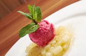Charlotte de pêra com sorvete — Fotografia Stock