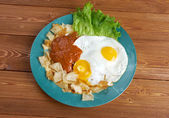 Huevos con chilaquiles — Stock Photo