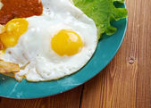Huevos con chilaquiles — Stock Photo