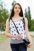 Perfekt ung kvinna utomhus — Stockfoto