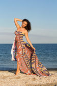 Charmante jonge vrouw in lange jurk — Stockfoto