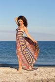 Aantrekkelijke jonge vrouw in lange jurk — Stockfoto