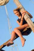 Dospívající dívka objímání stožáru — Stock fotografie