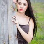 zamyšlený mladá brunetka — Stock fotografie