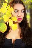 Mladá bruneta promyšlené — Stock fotografie