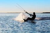 Silueta de un kitesurfer — Foto de Stock