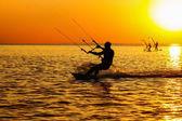 Silhouetten der ein windsurfer — Stockfoto
