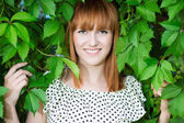 Rude kobiety w zielonych liści — Zdjęcie stockowe