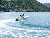 Departuring motorbåt — Stockfoto