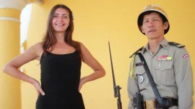 Militares e menina — Vídeo Stock