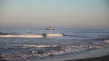 Barco de pesca profesional — Vídeo de stock
