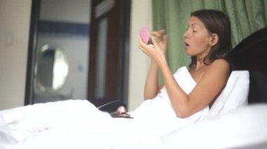 Young woman applying makeup — Stock Video