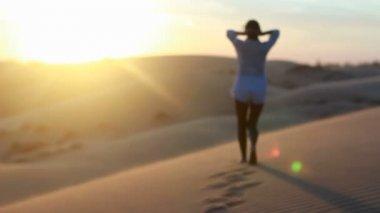 Kumul üzerinde poz beyaz elbiseli seksi esmer kız — Stok video