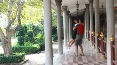 Young couple in the temples of Phnom Penh — Stock Video