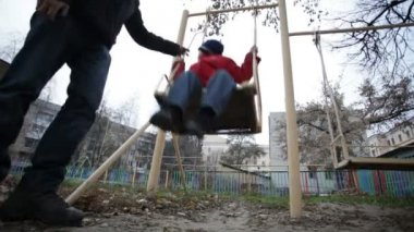 Father and son swinging — Stock Video