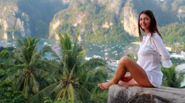 Woman on ko phi phi island, thailand — Stock Video
