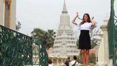 Mujer atractiva fuera templo tailandés — Vídeo de stock