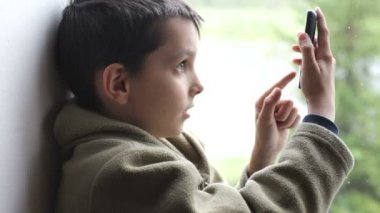 Junge mit einem mobiltelefon — Stockvideo