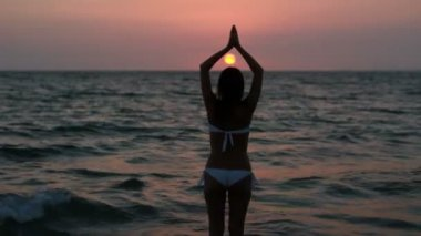 Silhouette of a woman yoga on sea sunset. — Stock Video