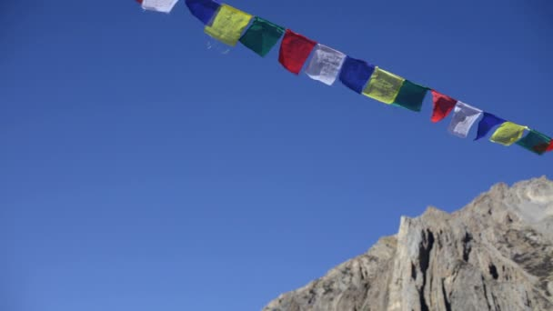 Drapeaux de prières tibétains — Vidéo