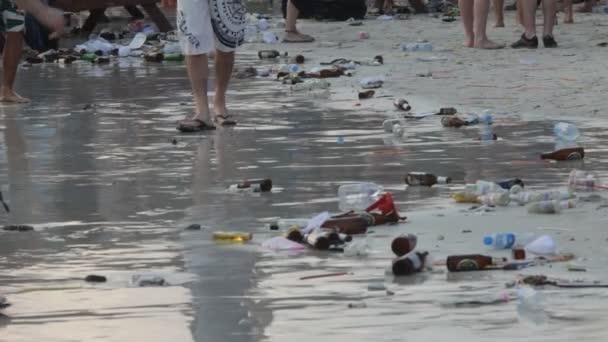 Basura en la orilla del mar — Vídeo de stock