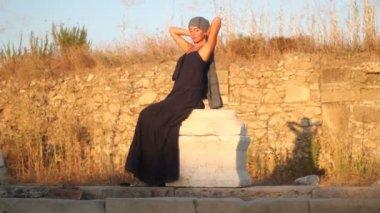 Dansen en oude ruïnes — Stockvideo