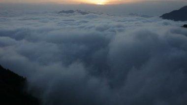 Dağlar, volkan, bulutlar — Stok video