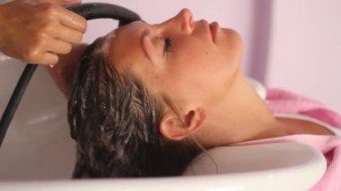 Jonge vrouw in beauty salon — Stockvideo