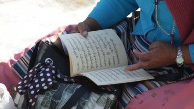 Woman reading — Stock Video