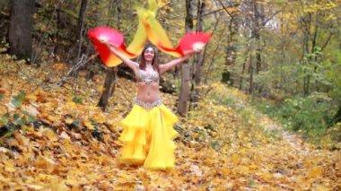 Dziewczyna taniec w parku jesień — Wideo stockowe