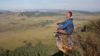 Sağlıklı genç adam pratik youga sabah erken ve gündoğumu yükseklik dağ — Stok video