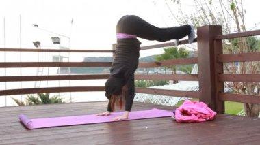 Jonge mooie vrouw sport stretching oefening buiten doen — Stockvideo