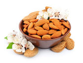 Almonds with leaves — Stockfoto