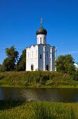 Εκκλησία της τη μεσολάβηση για την nerl ποταμού — Φωτογραφία Αρχείου